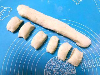 芽菜猪肉馅包子,把面揉成直径4㎝的长条,然后切成2.5㎝宽的小块