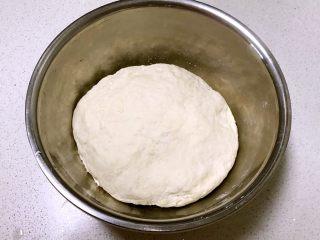 芽菜猪肉馅包子,把面揉成光滑的面团,盖上保鲜膜饧发50分钟左右