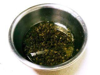 芽菜猪肉馅包子,咸芽菜用冷水清洗4-5遍,退出盐分,挑出杂质和硬梗