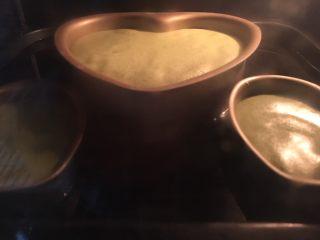 烫面抹茶蛋糕,烤盘放冷水,坐入模具水浴法,烤箱预热150度,烤约1小时