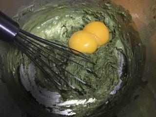 烫面抹茶蛋糕,接着放入蛋黄