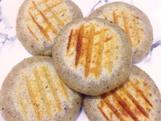 烫面版苏子豆沙饼,来个近照,是不是感觉面皮是透明的,有点像糯米粉做的,这就是烫面神奇的地方