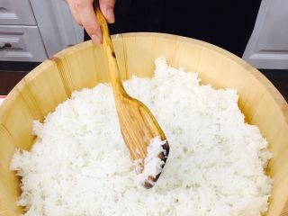 自制手握牡丹虾寿司,分三次重复上面步骤加入寿司醋,直至米饭完全入味。