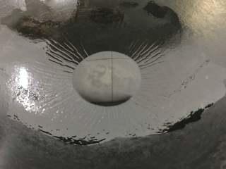 糖醋虎皮鹌鹑蛋,锅中倒入适量油。
