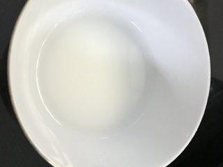 糖醋虎皮鹌鹑蛋,生粉加适量水调成水淀粉。