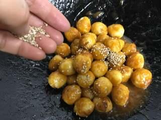 糖醋虎皮鹌鹑蛋,出锅前撒上白芝麻即可。