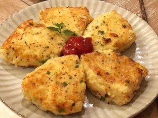 #圆土豆#豆泥团,起锅装盘,在中心部位挤上番茄酱 用薄荷叶点缀