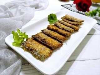 香煎带鱼,装盘上桌,外酥里嫩,好吃极了。