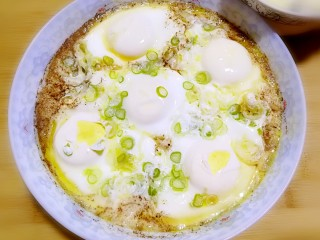 简单快手蒸蛋,十分钟后从锅中取出即可食用。