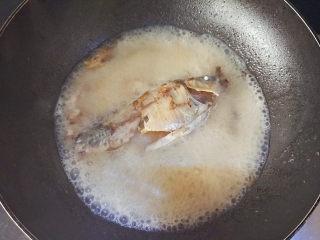 麻油鲫鱼浓汤,倒入热开水,开大火熬煮