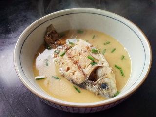 麻油鲫鱼浓汤,浓浓乳白色的鲫鱼汤完成,香气扑鼻,想要喝浓汤就要破壁机帮忙