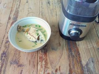 麻油鲫鱼浓汤,鲫鱼汤微微凉晾,这样保护料理杯
