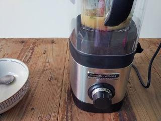 麻油鲫鱼浓汤,把料理杯装上,罩上静音罩,启动机子,从1档开始加档
