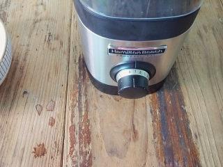 麻油鲫鱼浓汤,这款鲫鱼汤浓汤,可以开至7档,搅打5分钟,细腻的浓汤就出来了