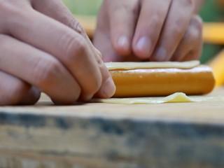 墨西哥玉米熱狗腸,用芝士片卷熱肉腸。