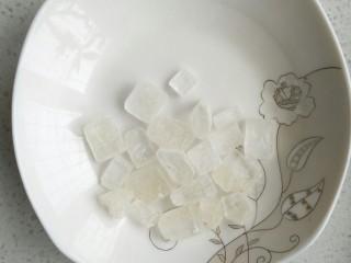 桃胶皂米雪燕银耳羹,我们家人不爱太甜,所以冰糖放的较少,喜欢甜的厨友可以多放。放进雪燕炖煮20分钟后加入冰糖,最后在煮10分钟关火。