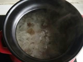 桃胶皂米雪燕银耳羹,银耳入锅大火煮开转小火煮2小时,加入沥干水分的泡好的桃胶和皂米。继续小火煮,半个小时后在加入沥干水分的雪燕进去煮。