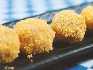 法式蜗牛可乐球,将蜗牛求先裹面粉,再裹鸡蛋液,最后裹面包糠