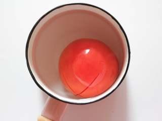 番茄小软饼(适合9个月龄以上的宝宝),番茄切十字,用开水汆烫