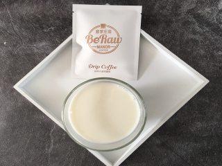 奶萃挂耳咖啡,将装满牛奶的玻璃杯放入微波炉,中高火加热3分钟左右,注意不要使牛奶沸腾。