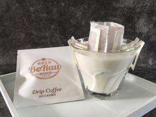 奶萃挂耳咖啡,将咖啡滤袋双面的挂耳拉开,稳固的挂在咖啡杯上,确保滤袋中间成开口状。
