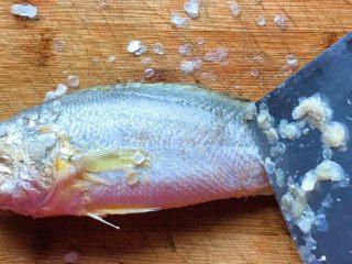 幸福的味道-红烧黄鱼,剔去鱼鳞