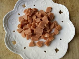 圆土豆+肉末火腿丁土豆泥,切好火腿丁备用