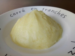 圆土豆+肉末火腿丁土豆泥,打好的土豆泥,放盘子,整理一下形,呈火山形状