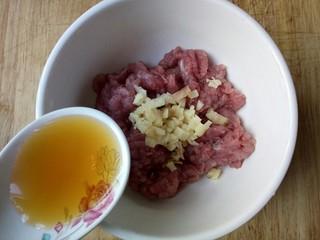 圆土豆+肉末火腿丁土豆泥,加1勺料酒腌制一会