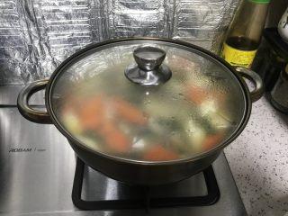 胡萝卜山药炖羊肉汤,继续用小火煨5分钟
