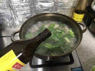 胡萝卜山药炖羊肉汤,水开后,倒入料酒,转中火炖煮