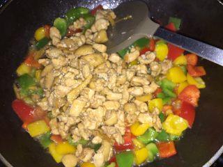 彩椒鸡丁,再倒入炒好的鸡肉丁炒匀炒熟即可出锅