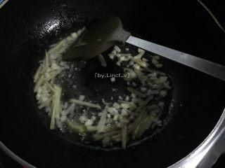 彩椒鸡丁,接着热油锅,放入姜丝蒜蓉炒香