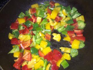 彩椒鸡丁,重新热油锅,放入三种切丁的菜椒翻炒
