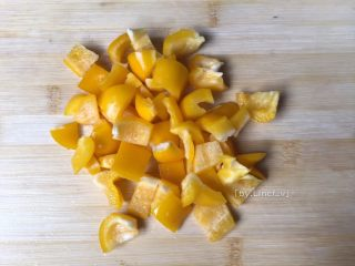 彩椒鸡丁,将黄菜椒洗净切小方块待用