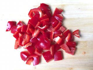 彩椒鸡丁,红菜椒洗净切小方块待用