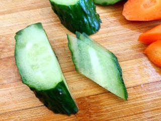 木须肉,把黄瓜放倒切出来的就是菱形状
