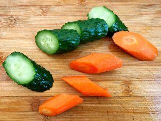 木须肉,黄瓜洗净,胡萝卜削皮洗净切成菱形块状