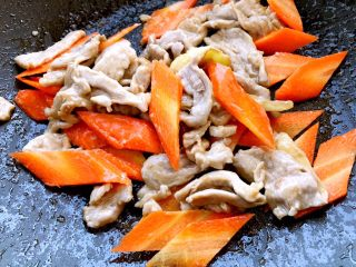 木须肉,依次加入胡萝卜煸炒~