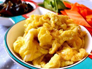 木须肉,炒至鸡蛋呈蓬松状后盛出备用