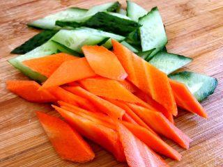 木须肉,依次把黄瓜胡萝卜都切成比较薄的片