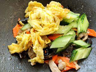木须肉,最后同时加入黄瓜鸡蛋,大火一起翻炒均匀