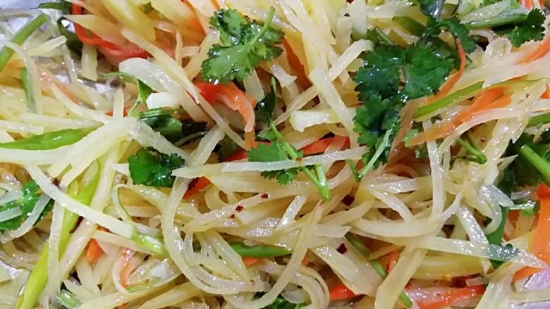 圆土豆+速拌炝土豆丝,最后用筷子将所有材料和土豆丝儿拌匀。