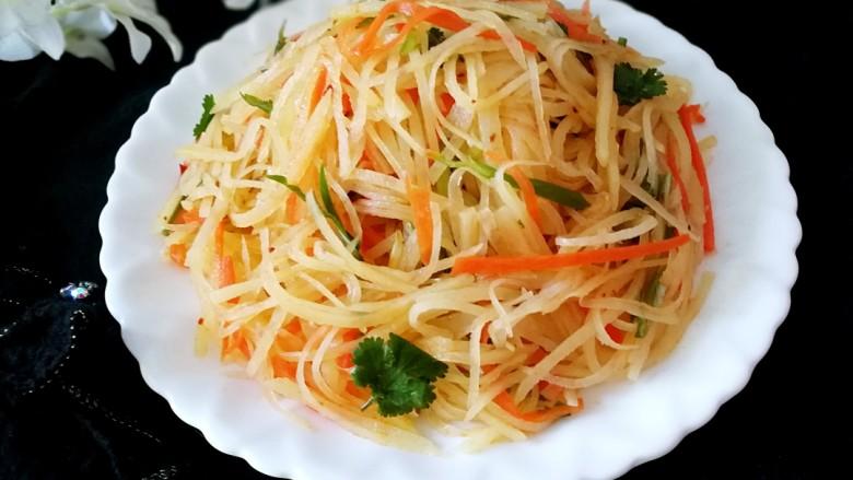 圆土豆+速拌炝土豆丝,装入盘中,微辣爽口,时令小菜。