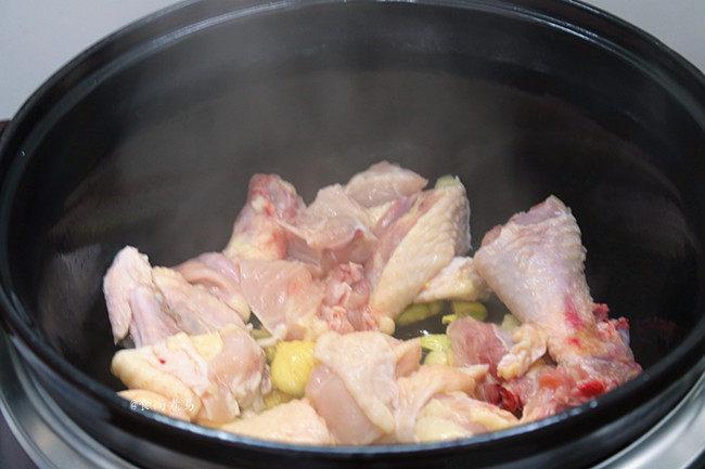 香辣土豆烧鸡,锅内发出滋滋的声音时,倒入鸡肉,用木铲翻炒均匀