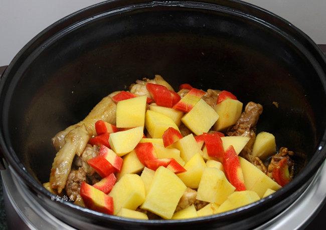 香辣土豆烧鸡,倒入土豆和胡萝卜块