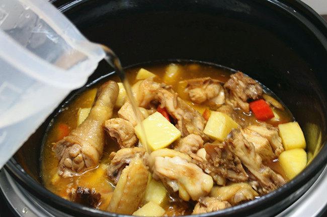 香辣土豆烧鸡,倒入适量清水,拌匀食材