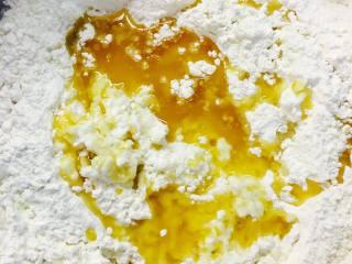 法式可颂,混合溶解后,加T45 然后T55.奶粉,糖,盐。焦化黄油。揉成团。