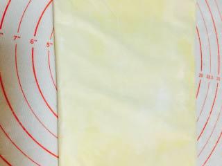 法式可颂,利用油纸,四边的折叠,将黄油擀成你需要的大小