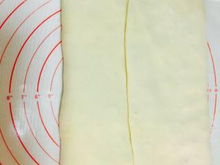 法式可颂,提起面片两侧,向中间折叠,包裹住黄油。